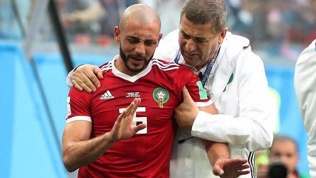 Maročan Nordin Amrabat v péči týmového lékaře.