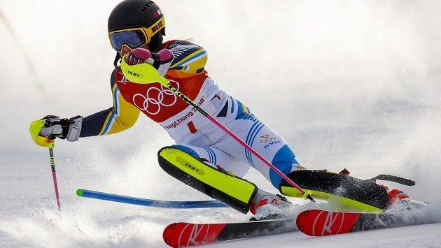 Frida Hansdotterové ze Švédska na trati olympijského slalomu.