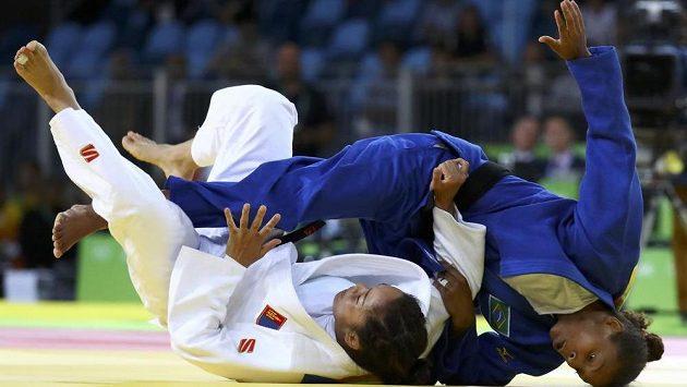 Olympijská vítězka Rafaela Silvaová (v modrém kimonu) ve finálovém souboji se Sumijou Dordžsürenovou z Mongolska.