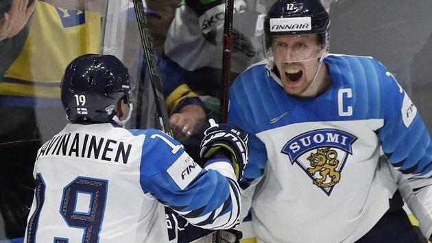 Finská euforie! Kapitán týmu a střelec dvou gólů ve finále Marko Anttila oslavuje se spoluhráčem Veli-Mattim Savinainenem.
