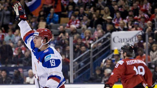 Ruský útočník Pavel Bučněvič (vlevo) slaví gól proti Švýcarsku.