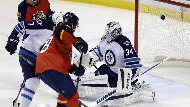 Český útočník Jaromír Jágr (68) střílí první gól do sítě Winnipegu v zápase NHL.