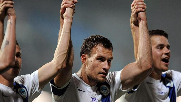 Liberecký útočník Michael Rabušic (uprostřed) děkuje po utkání s Curychem fanouškům.