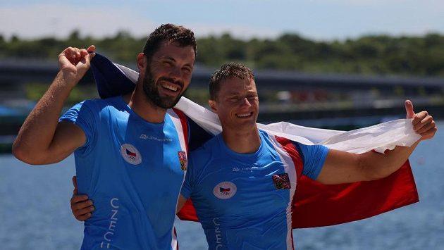 Josef Dostál (vlevo) a Radek Šlouf se radují ze zisku bronzové medaile na OH v Tokiu.