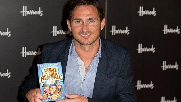 Fotbalista Frank Lampard se svou knižní prvotinou Frankův kouzelný fotbal.
