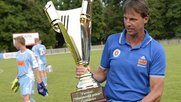 Trenér František Straka sbírá se Slovanem Bratislava trofeje, na snímku s pohárem pro vítěze nedávného turnaje v Čelákovicích.