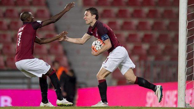 Sparťané Kehinde Fatai (vlevo) a David Lafata oslavují gól na 1:1 v duelu s Teplicemi.