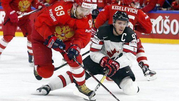 Kanadský kapitán Connor McDavid v souboji s Nikitou Nestěrovem z Ruska.