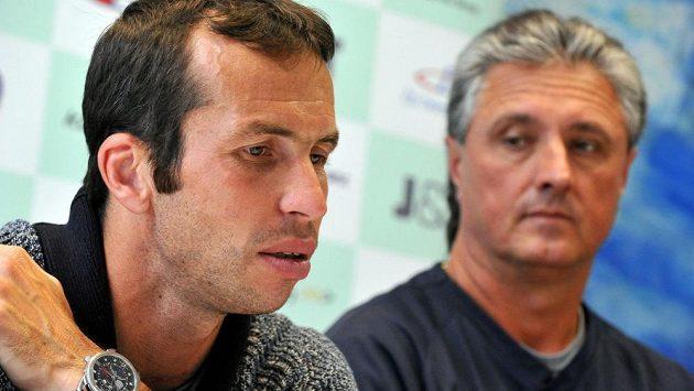 Radek Štěpánek (vlevo) bude v pátek v Astaně šetřit síly na sobotní čtyřhru, do níž ho kapitán českého daviscupového týmu Jaroslav Navrátil (vpravo) nominoval.