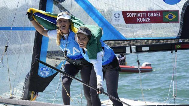 Brazilské jachtařky Martine Graelová a Kahena Kunzeová se radují z triumfu.