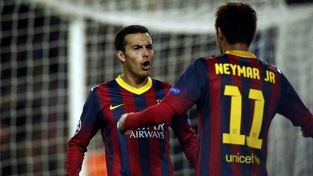 Útočníci Barcelony Pedro Rodriguez (vlevo) a Neymar se radují z gólu.