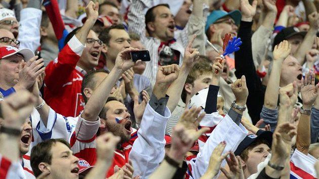 Čeští fanoušci na čtvrtfinálovém duelu s Finskem.