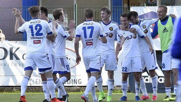 Hráči Jihlavy se radují z gólu. Ve Zlíně dali hned tři a Vysočina získala důležité tři body.