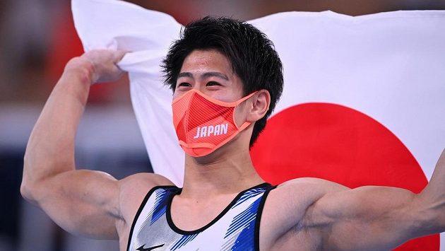 Japonec Daiki Hašimoto slaví olympijské zlato v gymnastice.