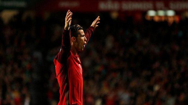 Cristiano Ronaldo oslavuje branku do sítě Maďarska.