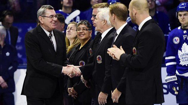 Václav Nedomanský přijímá gratulace k členství v Síni slávy před zápasem Toronto - Boston 15. listopadu.