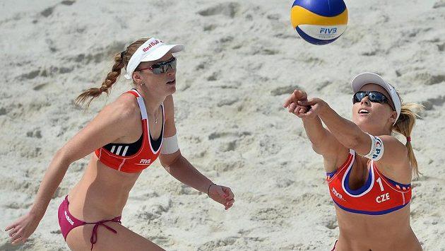 Česká dvojice Kristýna Kolocová (vlevo) a Markéta Sluková.