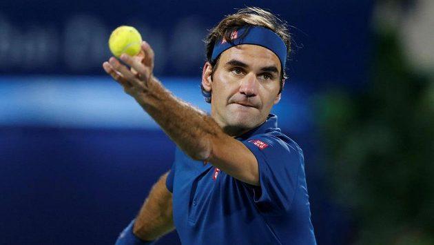 Roger Federer servíruje ve finále turnaje v Dubaji.