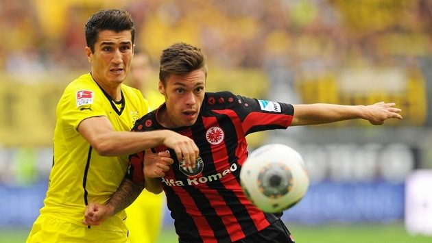Útočník Frankfurtu Václav Kadlec v souboji s Nurim Sahinem z Dortmundu (ve žlutém).