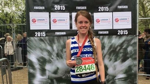 Gill Verdinová z Kirkby ve Velké Británii zaběhla 100 maratónů. Vše stihla do svých 23 let.