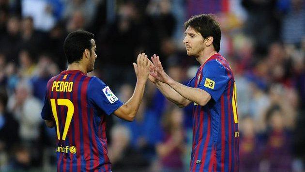 Lionel Messi (vpravo) oslavuje s Pedrem.
