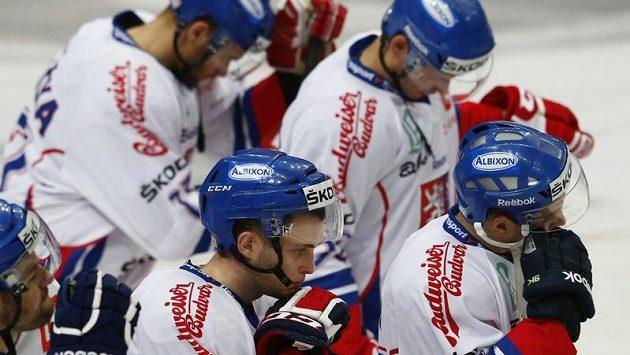Smutek českých hokejistů po porážce se Švédskem v závěrečném utkání Channel One Cupu.