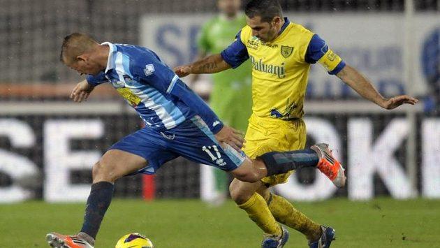 Vladimír Weiss ml. (vlevo) v dresu Pescary bojuje v utkání italské ligy s Chievem se Sergiem Pellissierem