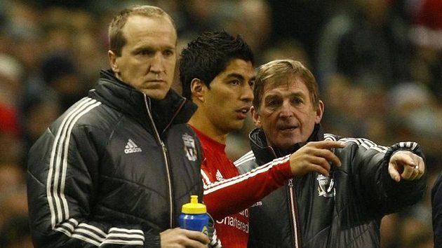 Luis Suarez (uprostřed) s trenéry Liverpoolu