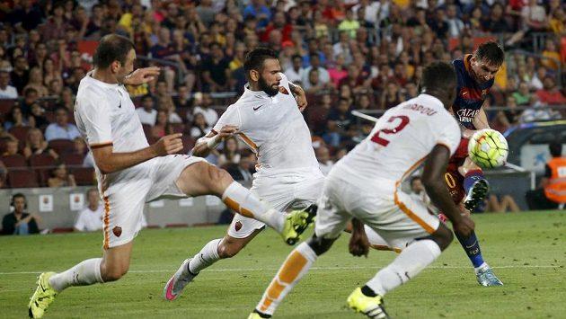 Lionel Messi (vpravo) střílí gól fotbalistům AS Řím, který posílil Antonio Rüdiger.
