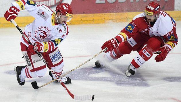 Třinecký útočník Erik Hrňa (vlevo) v souboji s Tomášem Divíškem ze Slavie.