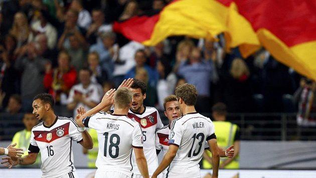 Němečtí fotbalisté se radují po jedné ze tří branek, kterou vstřelili ve Frankfurtu Polákům.