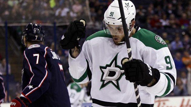 Tyler Seguin z Dallasu slaví svůj gól v první třetině utkání NHL proti Columbusu, v pozadí Jack Johnson.