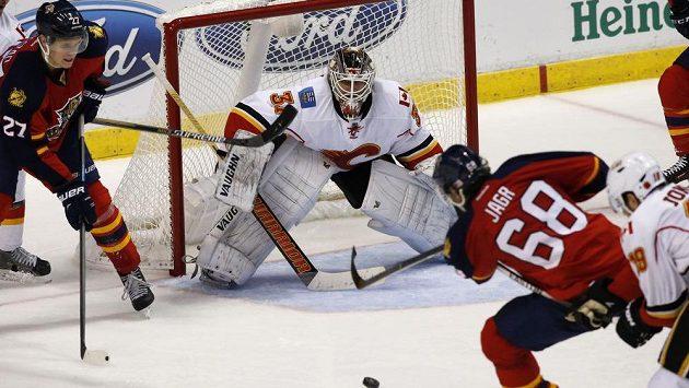 Útočník Jaromír Jágr střílí vítězný gól Floridy v duelu s Calgary.