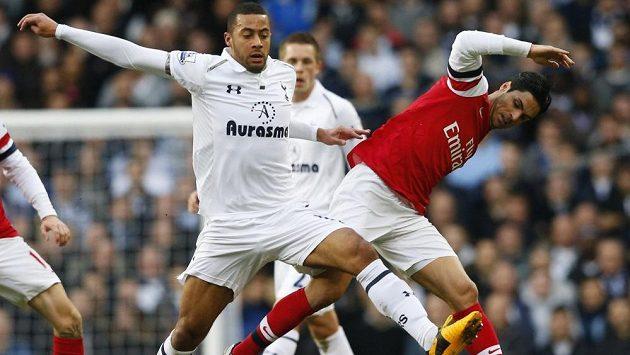 Fotbalista Arsenalu Mikel Arteta (vpravo) v souboji s Mousou Dembelem z Tottenhamu.