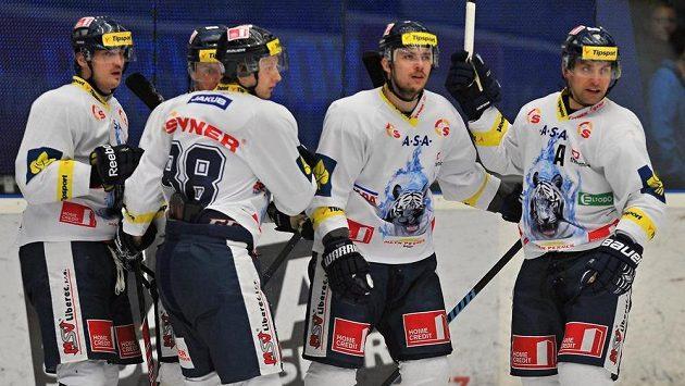 Hokejisté Liberce oslavují jednu ze svých branek.