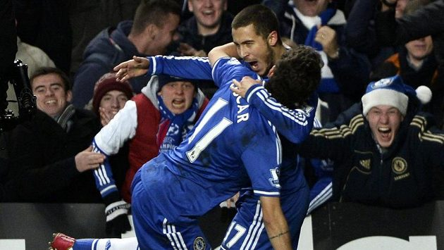 Fotbalisté Eden Hazard a Oscar (11) se radují z branky belgického záložníka do sítě Liverpoolu.