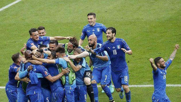 Fotbalisté Itálie se radují z postupu do čtvrtfinále ME.