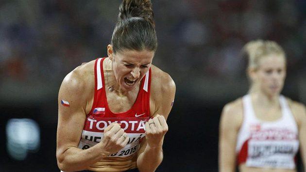 Gesto obří radosti. Zuzana Hejnová po triumfu na 400 m překážek při MS v Pekingu.