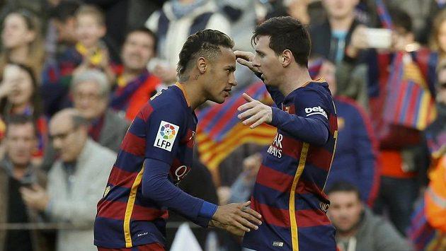Úspěšný střelec Lionel Messi a jeho barcelonský spoluhráč Neymar (vlevo) se radují z vyrovnávací branky proti Atlétiku Madrid.