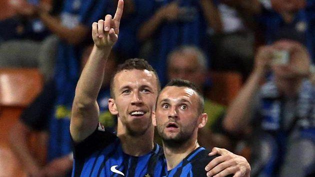 Ivan Perišič (vlevo) se spoluhráčem z Interu Marcelem Brozovičem.