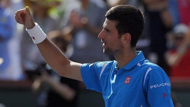 Radostné gesto Novaka Djokoviče po postupu přes Rafaela Nadala do finále tenisového turnaje v Indian Wells.