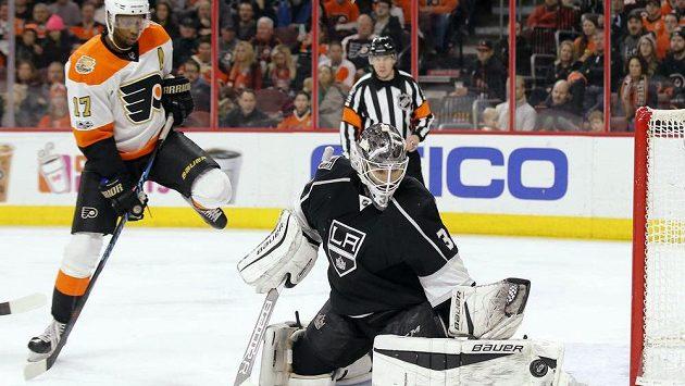 Slovenský brankář hokejistů Los Angeles Peter Budaj zasahuje před Waynem Simmondsem z Philadelphie.
