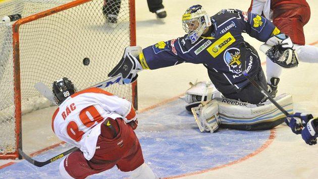 Olomoucký útočník Roman Rác (vlevo) střílí gól kladenskému brankáři Lukáši Cikánkovi.