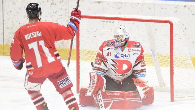 Lukáš Kucsera z Olomouce slaví gól, vpravo překonaný brankář Pardubic Pavel Kantor.