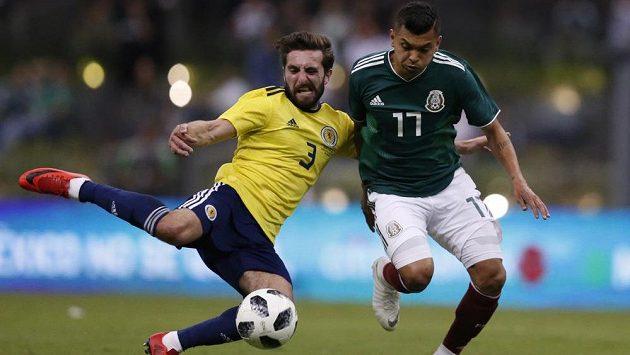 José Corona (vpravo) z Mexika v souboji s Graemem Shinniem v utkání se Skotskem.