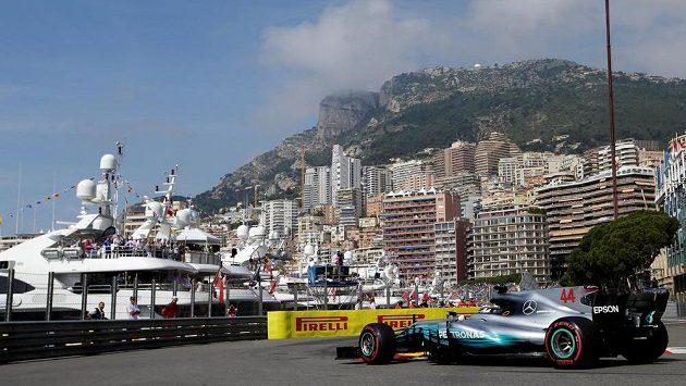 Brit Lewis Hamilton při tréninku na Velkou cenu Monaka.