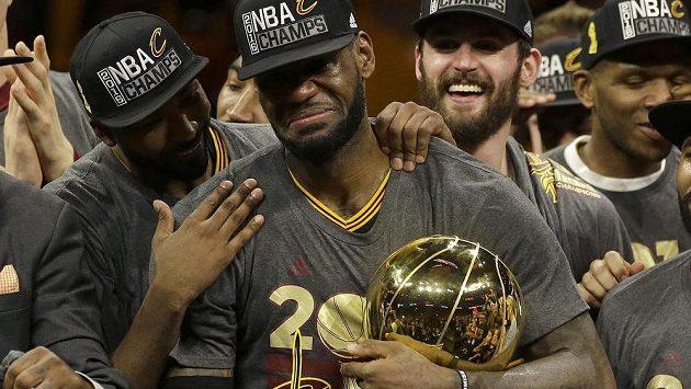 Hvězdný LeBron James (uprostřed s pohárem pro šampióny NBA) se nezúčastní olympijského turnaje v Riu.