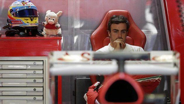 Zamyšlený Fernando Alonso v boxech na okruhu v Monze.