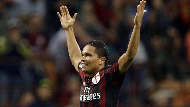 Carlos Bacca z AC Milán oslavuje trefu v ligovém duelu proti Palermu.