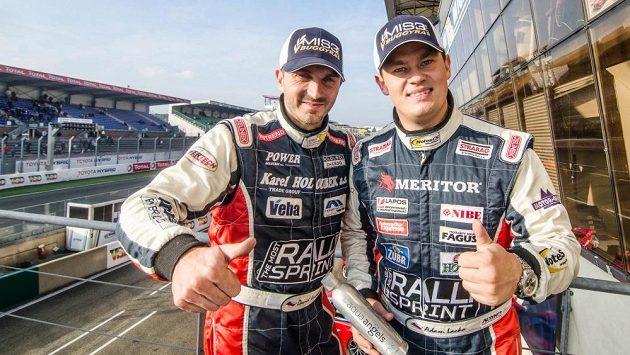Adam Lacko (vpravo) a David Vršecký na okruhu v Le Mans. Lacko si ve Francii zajistil titul vicemistra Evropy a Buggyra vyhrála Pohár konstruktérů.